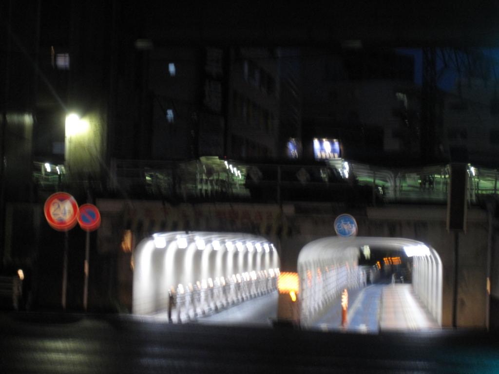 仙台駅近く低いトンネルの写真