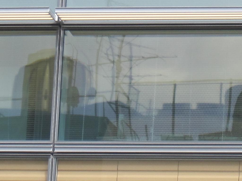 窓に映るビルの写真