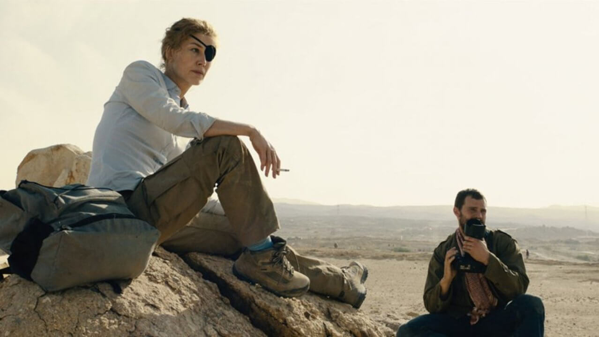 Rosamund Pike acting Marie Colvin and her cameraman