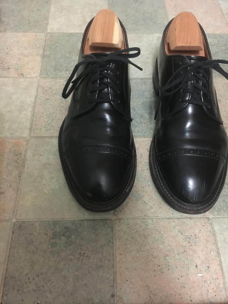 オーバーラップで結んだ革靴です。
