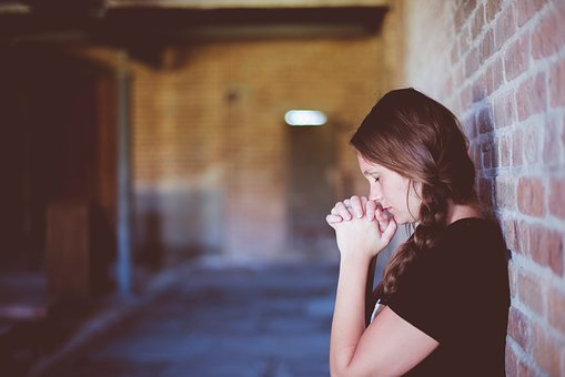 祈ってるような女性