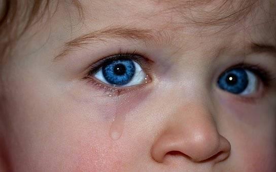 悲しくて泣いてる画像