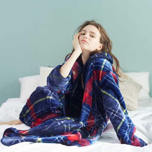着る毛布のグルーニーを着た可愛い女性