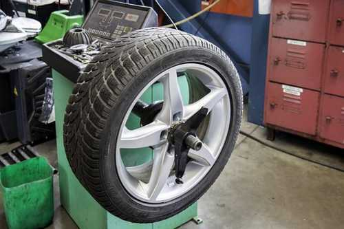 タイヤ交換作業のシーン