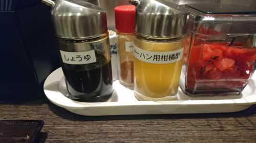 醤油とお酢、唐辛子が調味料でおいてある