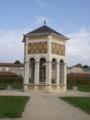 モーゼの井戸が入っているガラス張りの六角形の建物