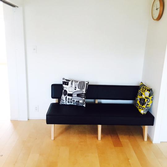 シンプルなリビングのソファー
