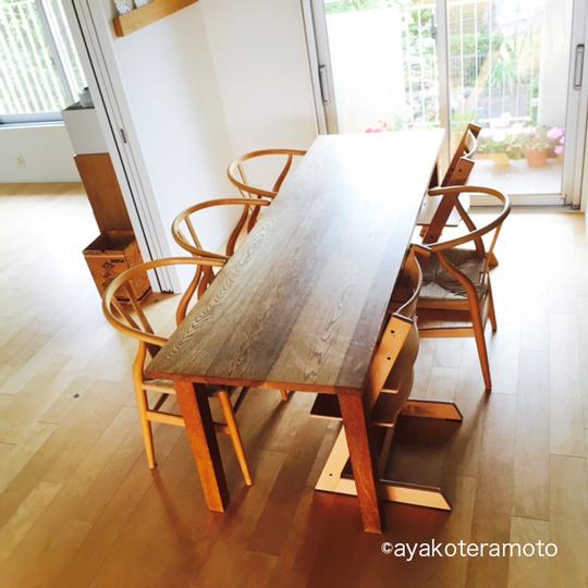 何も置いてないダイニングテーブル