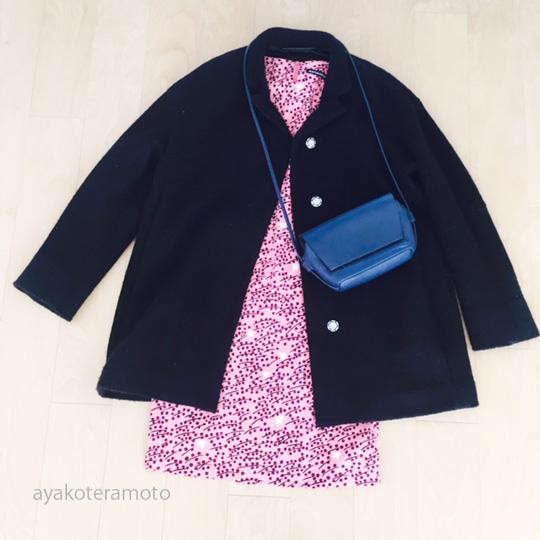 新しい色違いで買った黒いコートとワンピースコーデ