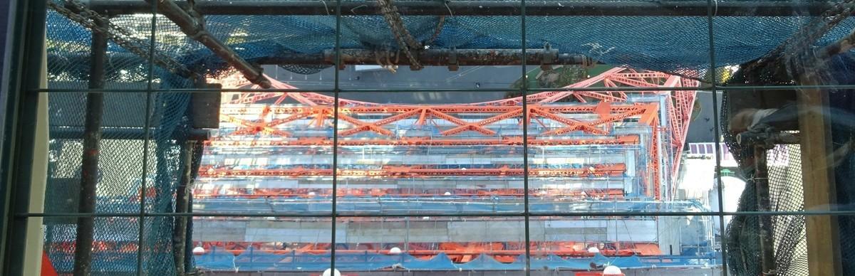 ガラス床から下を見る