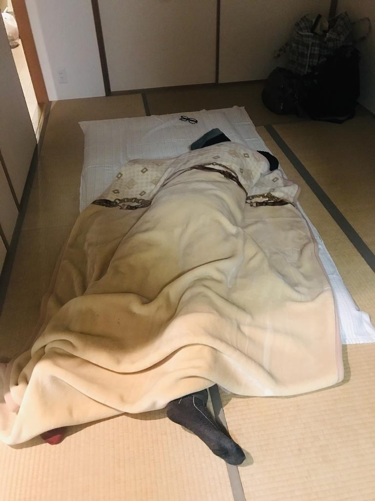 布団からはみ出して寝る規格外の男 三浦国宏