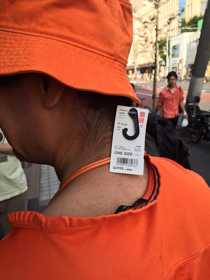タグ付きの帽子をかぶるお茶目な三浦国宏