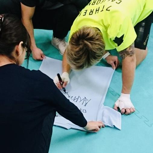 金子晃大(かねこあきひろ)選手がサインを書き書き