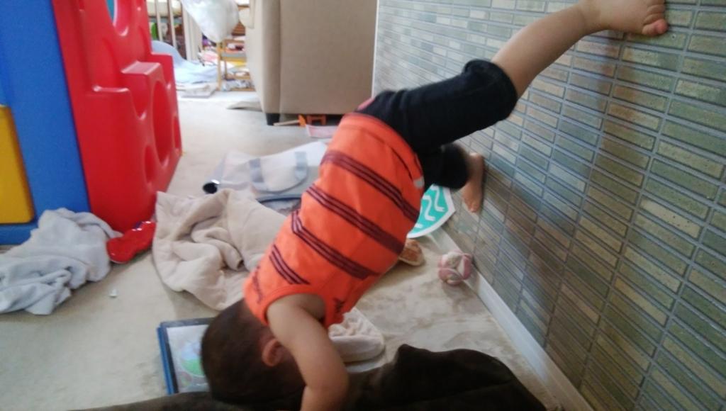 壁に挑む幼児
