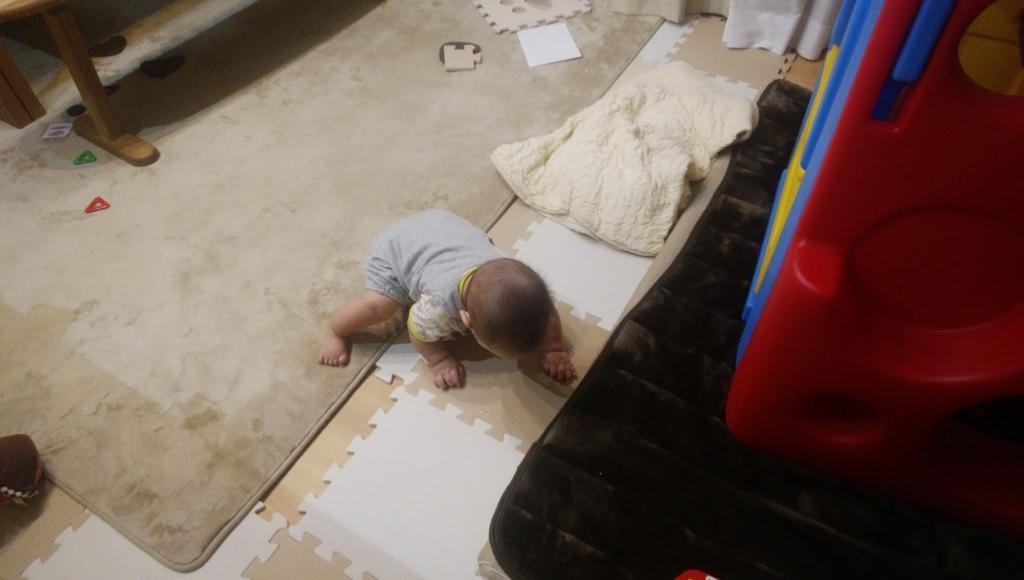 肘を痛めた人のポーズ、もう少しで座りそうな乳幼児