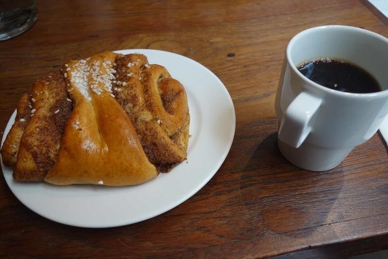 Kanniston Leipomo のシナモンロールとコーヒー。