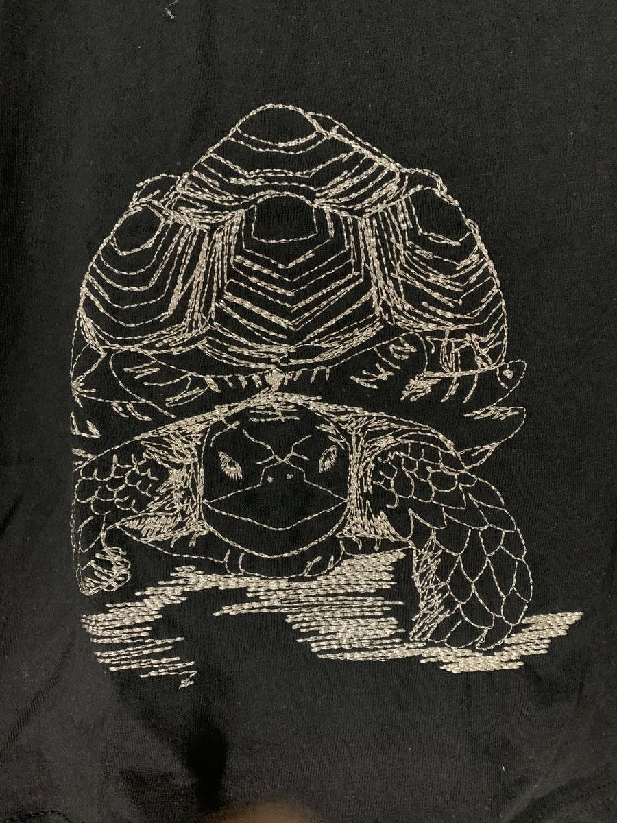 ケヅメリクガメTシャツ 刺繍部分