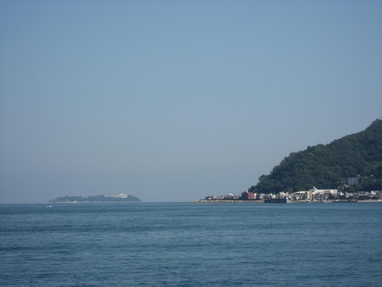 長浜海水浴場から望む初島 (静岡県熱海市)