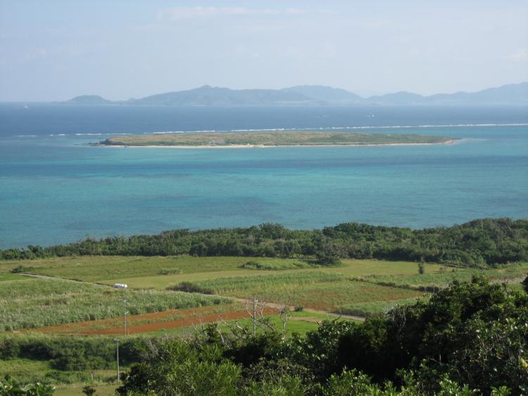 大岳から見た嘉弥真島 (小浜島)