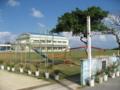 校庭に馬が! 小浜小学校・中学校  (小浜島)