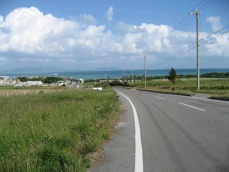 本集落から港へ向かう道路  (小浜島)