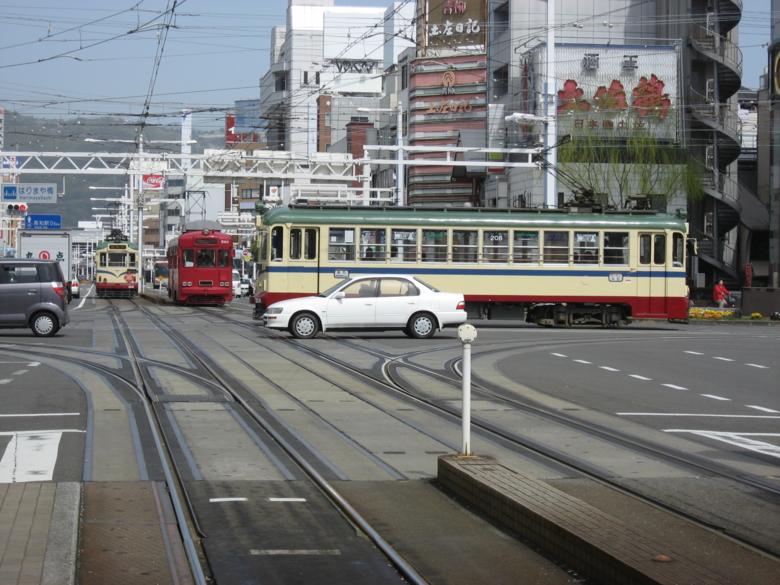 路面電車と車が行き交う (高知県高知市)