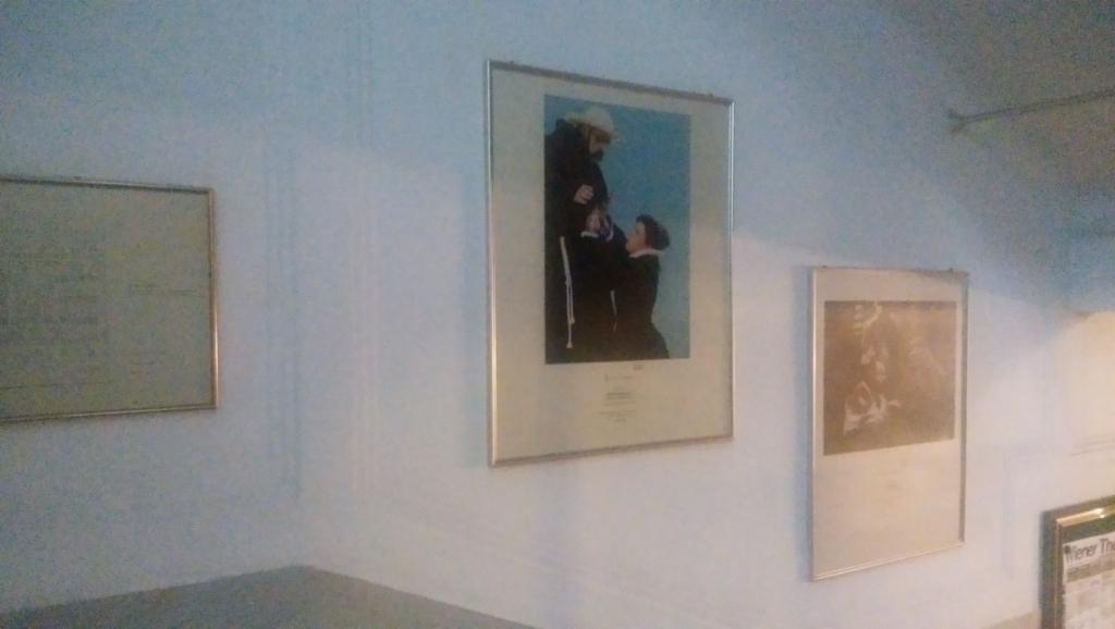 階段の壁に飾られた演劇の写真