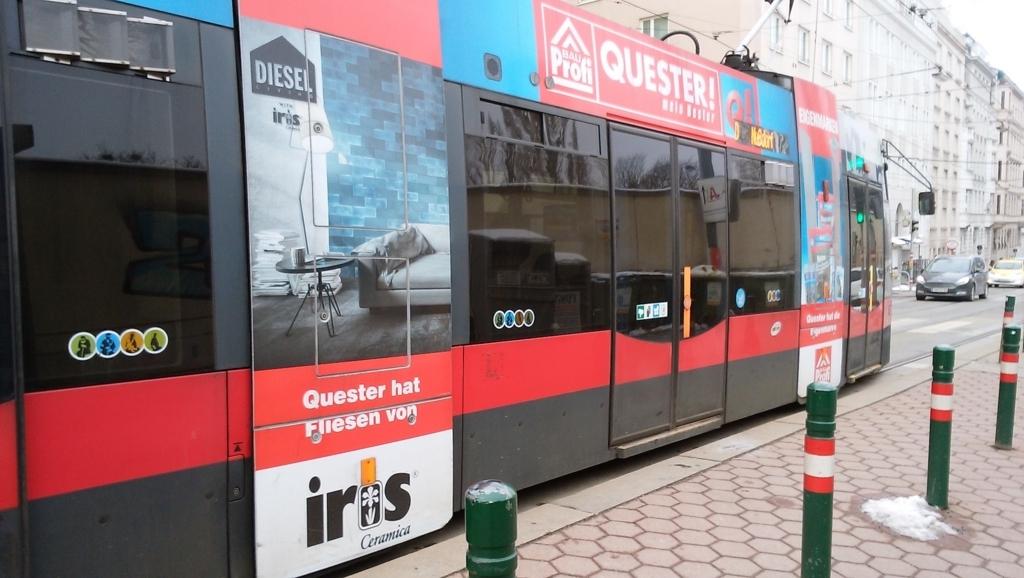 市街地を走る路面電車。チケットが必要で、もってないと1万円くらい罰金を課される。