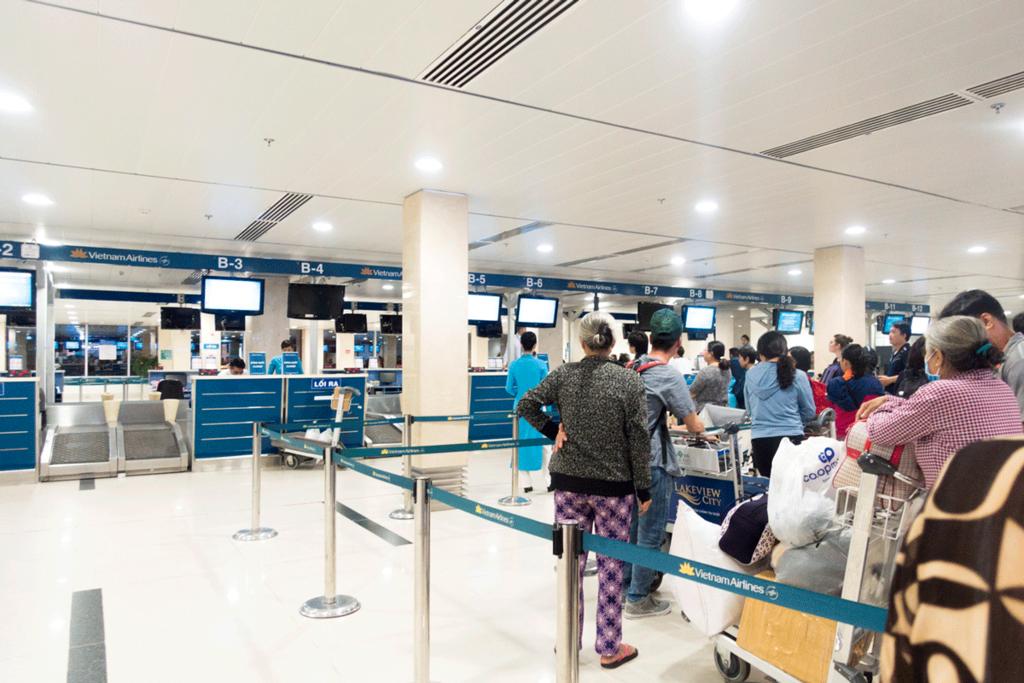 タンソンニャット国際空港の国内線ターミナルは大混雑