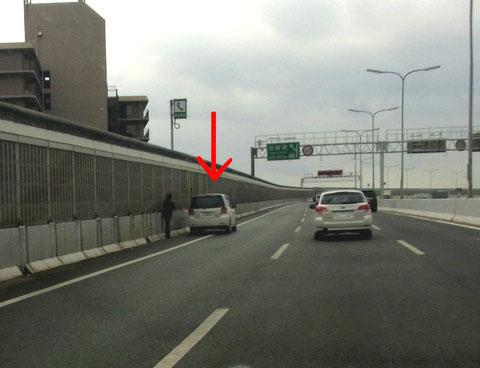 高速道路の路肩に停車している車