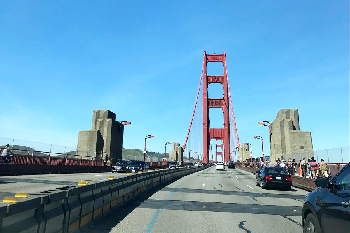 赤い橋と青い空