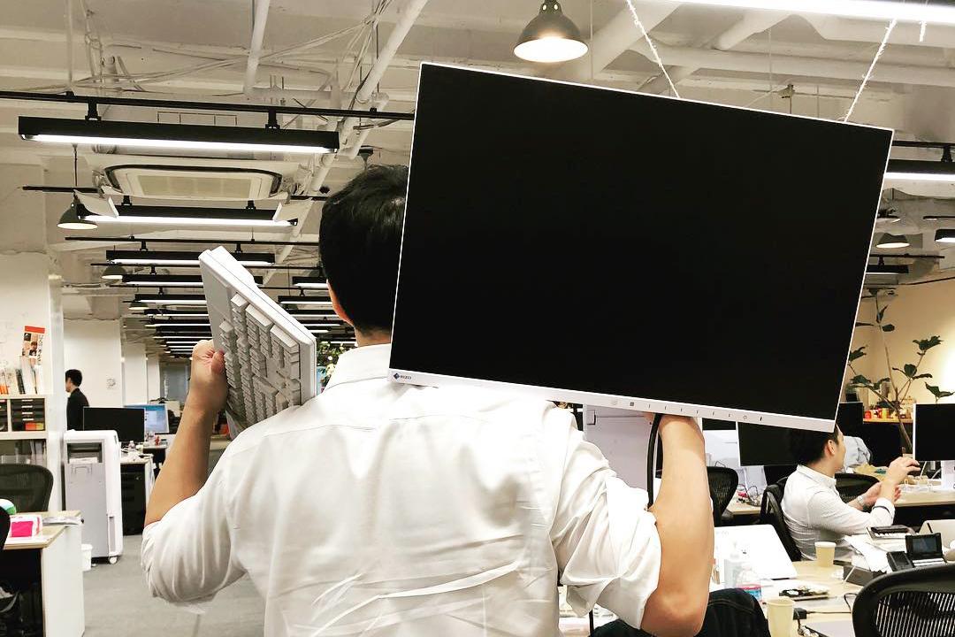 経営陣と数字の議論をするために、大きなディスプレイとキーボードで挑む熊野。