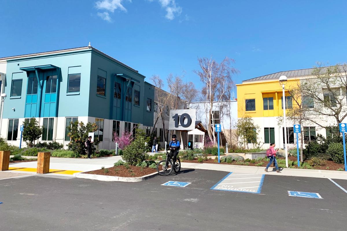 Facebook本社のVisitor用駐車場とカラフルなオフィスビル