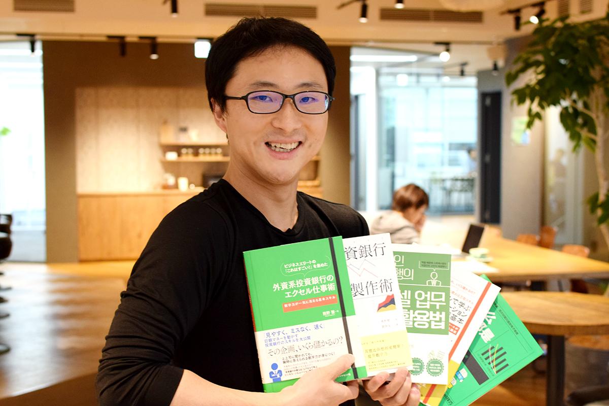 執筆した本(世界40万部を出版)を両手にドヤ顔をきめる熊野