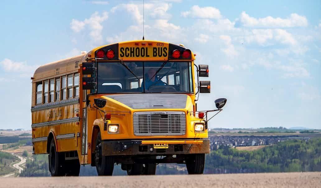 道路を走るスクールバス