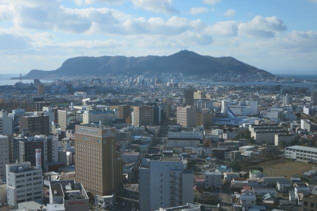 五稜郭タワーの展望台からみる函館山