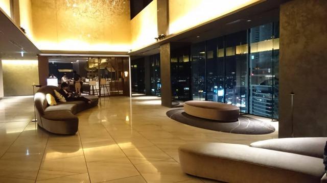 三井ガーデンホテル名古屋プレミア 夜のロビー