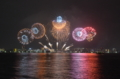 京都新聞写真コンテスト 湖面が花火色に染まる
