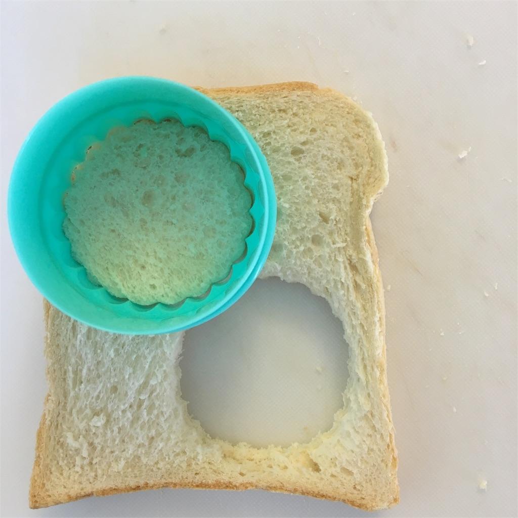 食パンをくりぬく