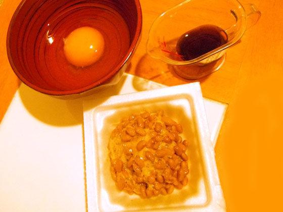 材料の納豆と生卵とめんつゆ
