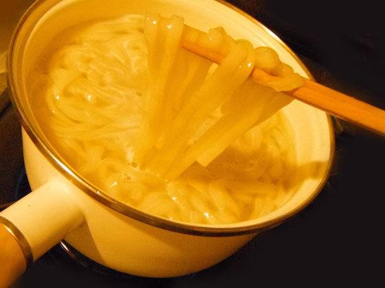 鍋で煮えるうどん