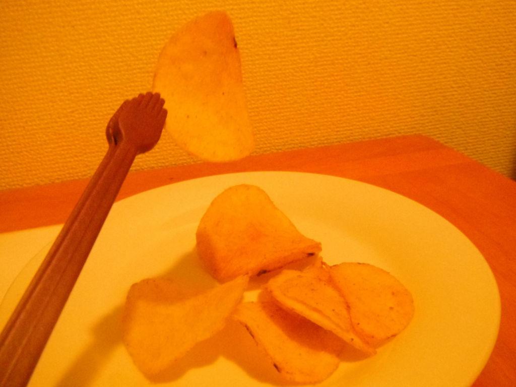 ミニトングでつまんだポテトチップス
