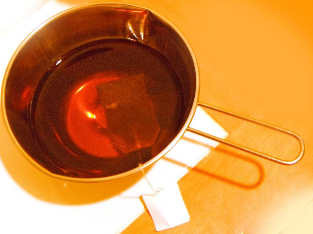 ステンレスボウルに入れた紅茶