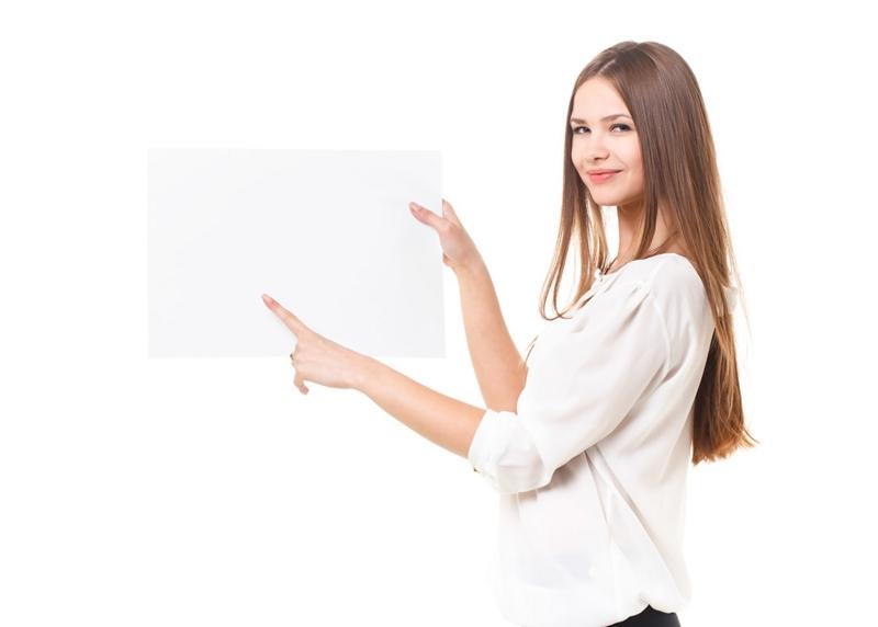 ボードを指さす女性の画像