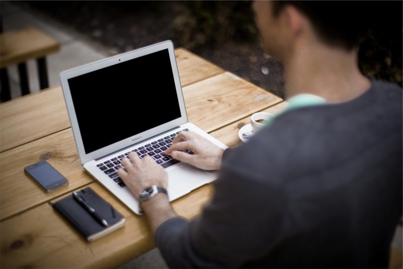 パソコンを操作する男性の画像