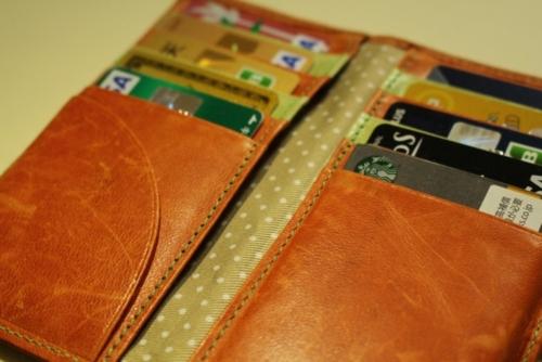 カードがいっぱい詰まった財布