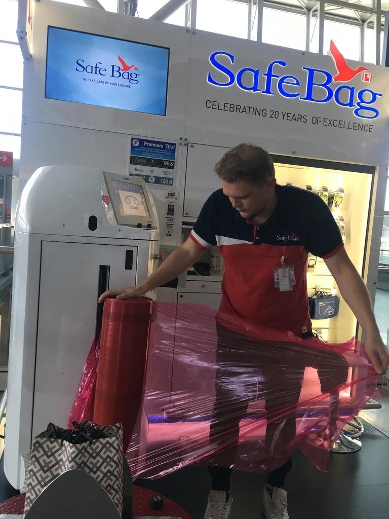 ワルシャワ空港の荷物梱包所