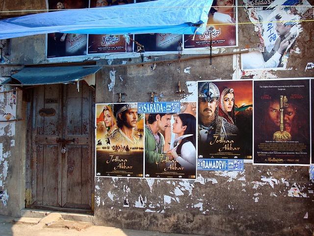 壁に貼られたポスター