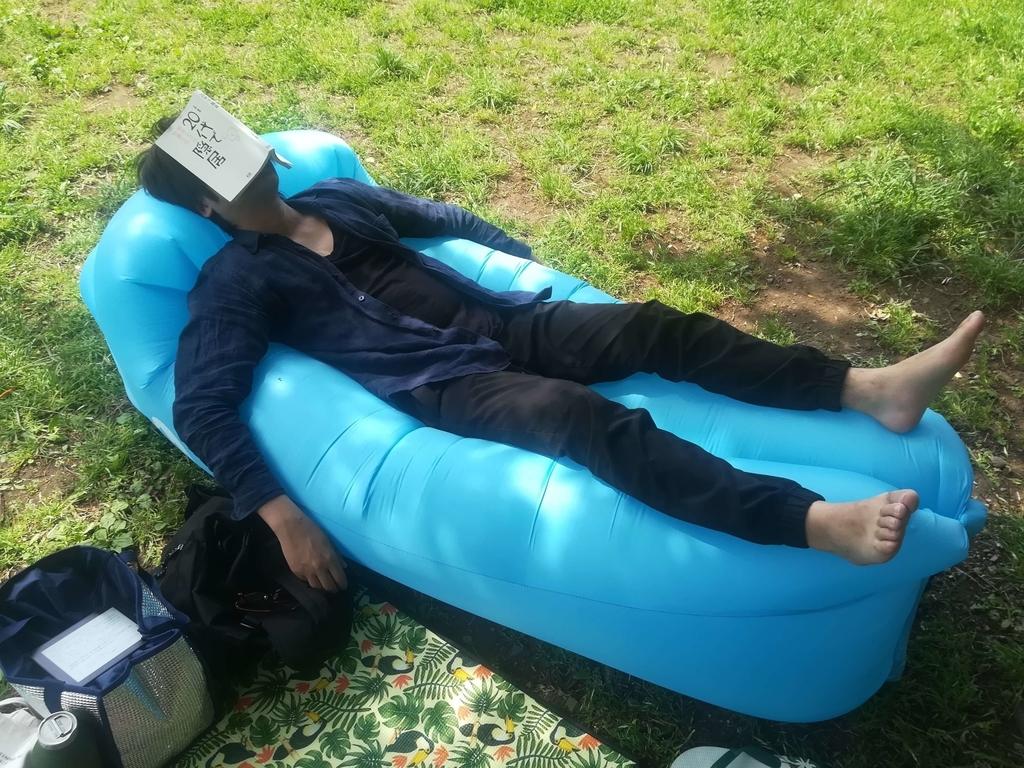 エアーソファーに寝ている人