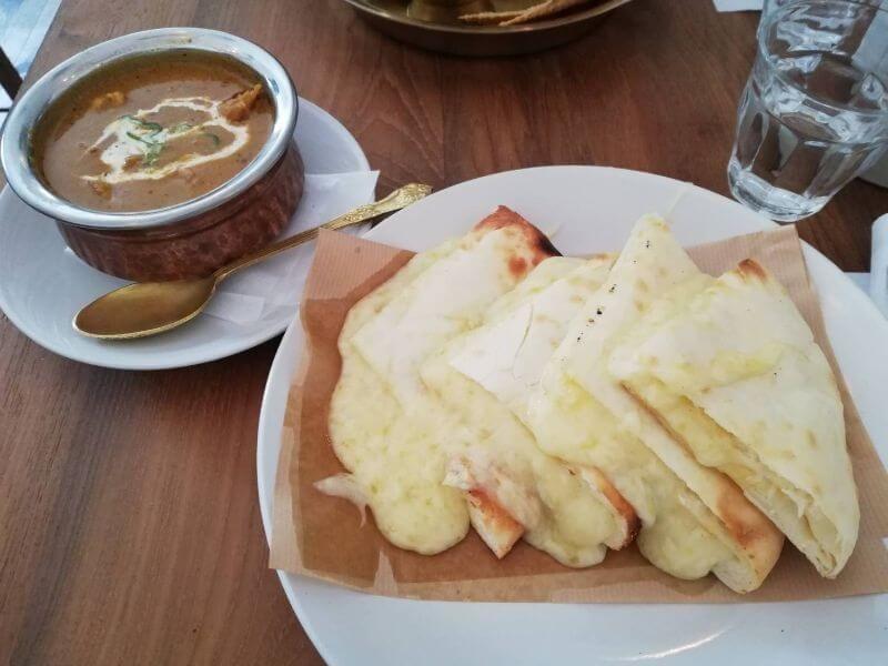 Surya Sajilo(スーリャサジロ)のチキンカレーとチーズナン